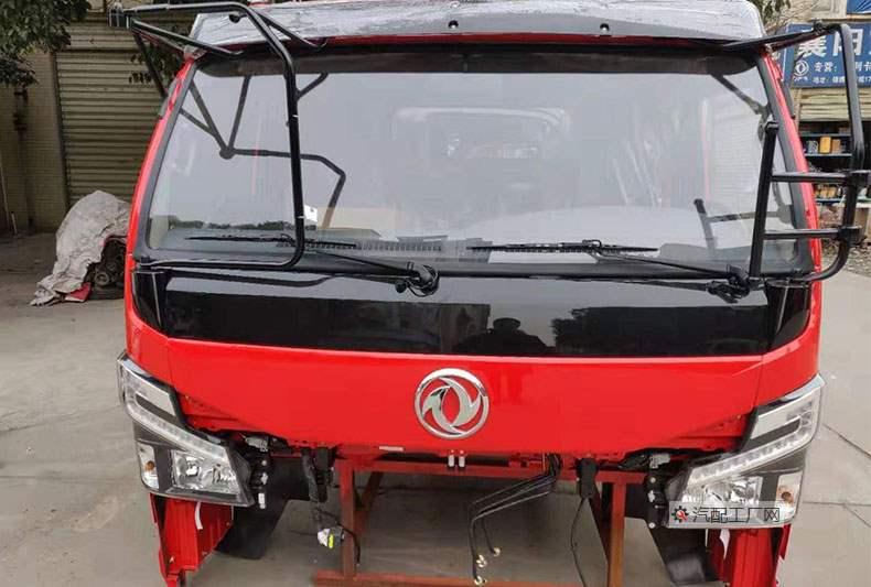 东风多利卡驾驶室总成准备装车的图片