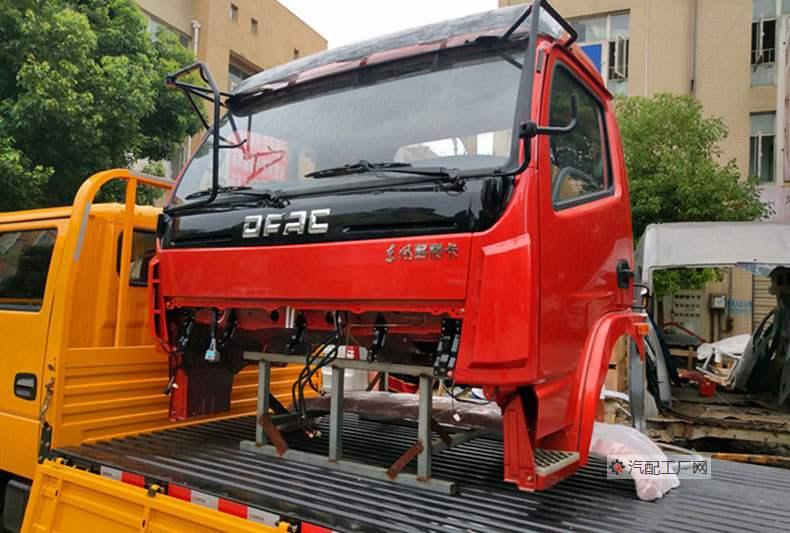 东方多利卡驾驶室安装固定在运输车上的图片