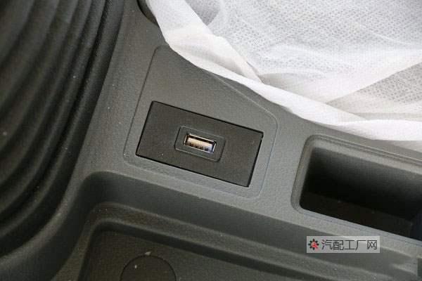 陕汽德龙K3000驾驶室副座有USB充电接口