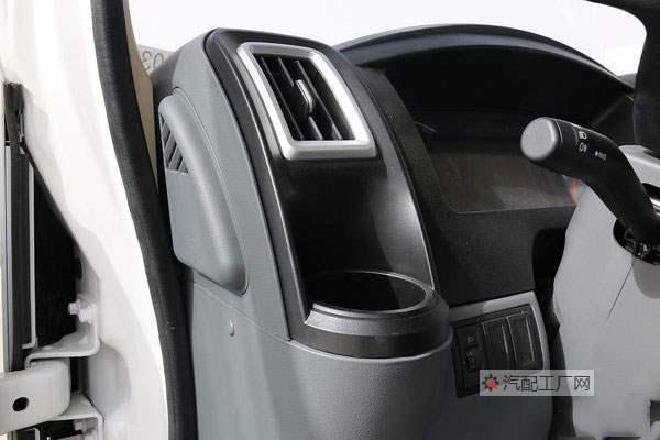 德龙K3000驾驶室左右两侧有冷暖杯架