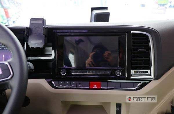 德龙X5000环绕式的中控台是一块10寸触摸液晶显示屏
