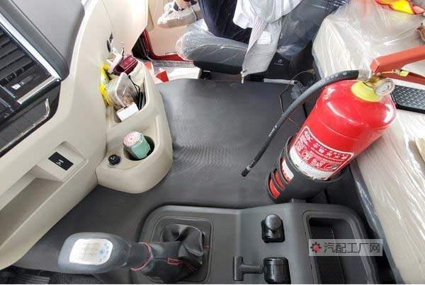 陕汽德龙X5000驾驶室内有很多储物格灭火器