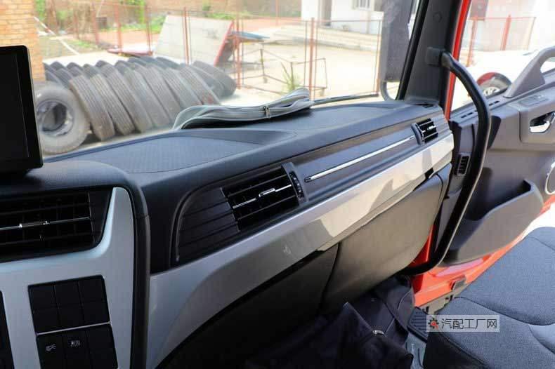 东风天锦KR驾驶室的中控台使用银灰+黑配色