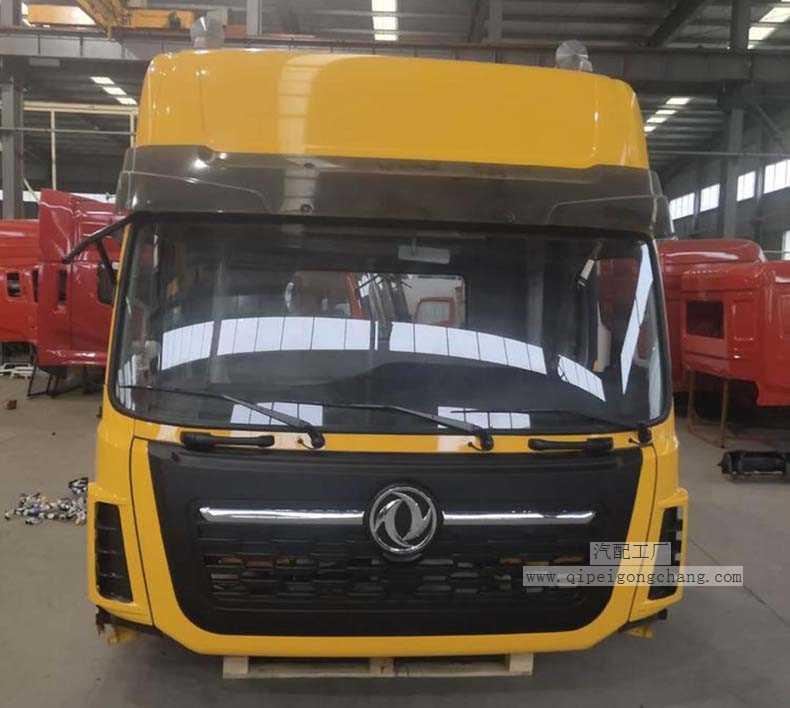 东风天龙VL驾驶室工程黄在工厂实拍图